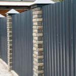 Строим комбинированный забор из профнастила с кирпичными столбами