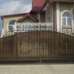 Необычные идеи: кованый забор с поликарбонатом
