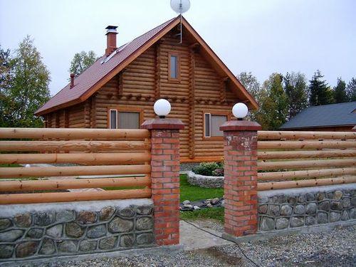 Красивый забор из дерева