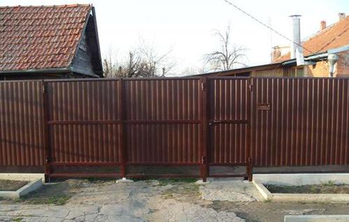 Забор из крашеного профлиста