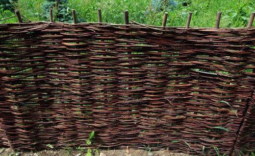 a6f5c6202b155c Плетеный забор из виноградной лозы: как выполняется плетение своими ...