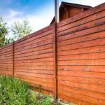 Строим забор из необрезной доски: просто и доступно