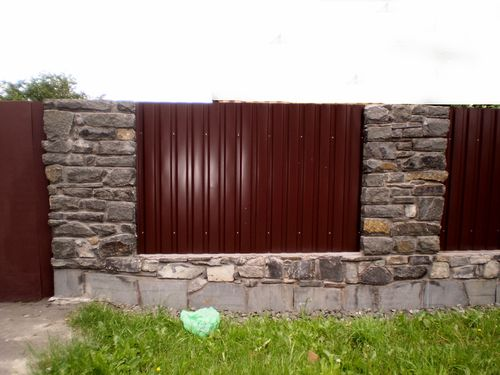 Забор из профнастила с натуральным камнем
