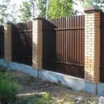 Какой забор лучше – бетонный или из профнастила?