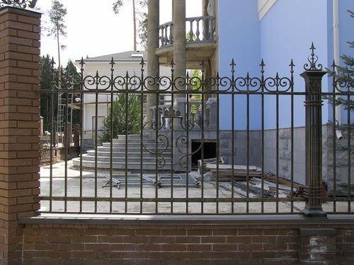 Кованый забор с узорами