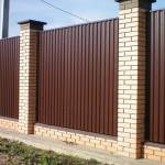 Как самостоятельно построить забор на даче из профнастила