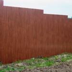 Как построить забор на склоне: правила установки