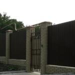 Как построить кирпичный забор с профнастилом