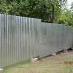 Чем закрыть щель под забором до земли?