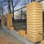 Как построить забор с кирпичными столбами на ленточном фундаменте