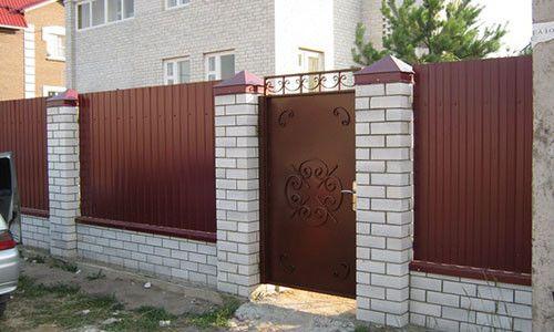 osushhestvlyaetsya_otdelka_zabora_04