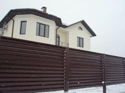 korichnevyj_zabor_pered_domom_05