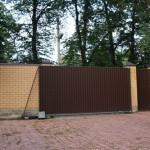 Из чего сделать коричневый забор перед домом