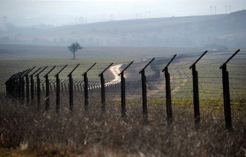 Выбираем забор с колючей проволокой
