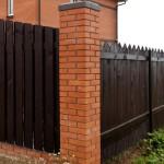 Как построить фасадный забор: выбор материала