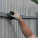 Способы и технология крепления профнастила на забор
